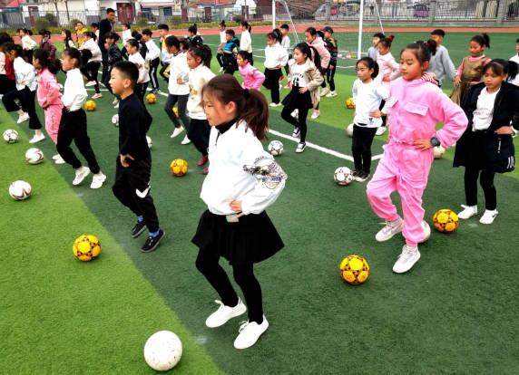 孩子爱上足球 郯城纳入必修课校园遍地开花