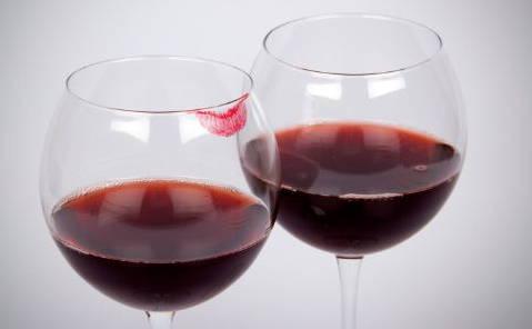 适量喝葡萄酒益处多 女人常喝减肥又补身