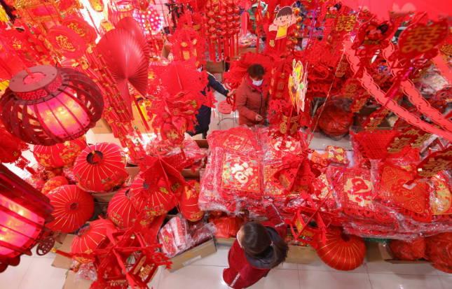 年俗变潮流 临沂小商品城:传统节庆用品市场火热