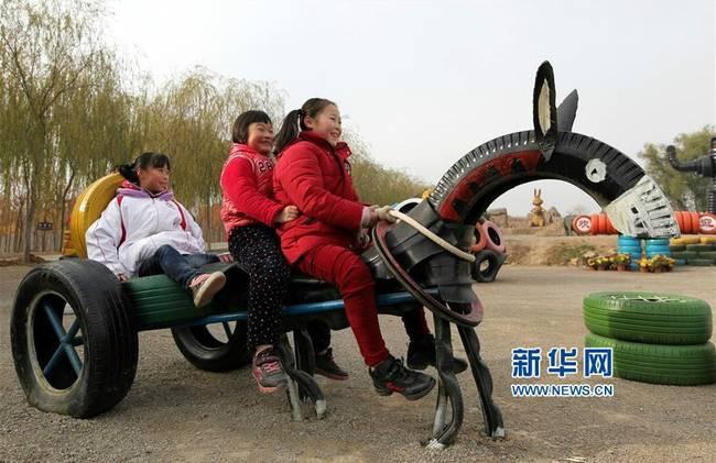 """枣庄:废旧轮胎""""变身""""卡通造型"""