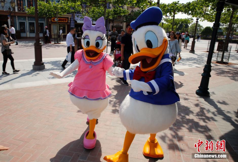 上海迪士尼运营测试 卡通人物与游客互动
