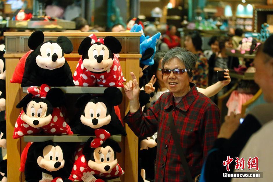 上海迪士尼运营测试 园内商品吸引游客