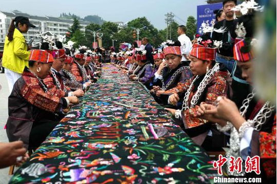 贵州千名绣娘织画卷 苗绣文化显魅力
