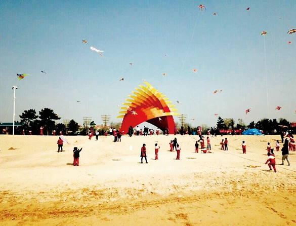 威海万米金滩办学生风筝文化节