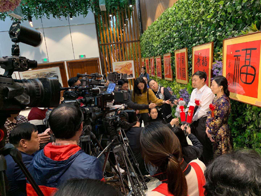 乔领、宁雪君国礼书画展开幕式中,接受众多媒体采访