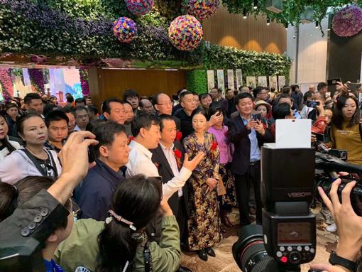 上图:乔领、宁雪君国礼书画展开幕式中,接受众多媒体采访。1.jpg