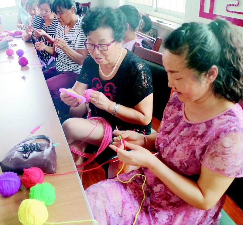 黄岛街道高岛路社区:学手工编织 促文化传承